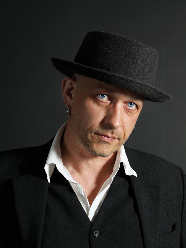 Der Komponist Rolf-Peter Schmidt aka Thee Balancer produziert Filmmusik und lebt in Berlin.