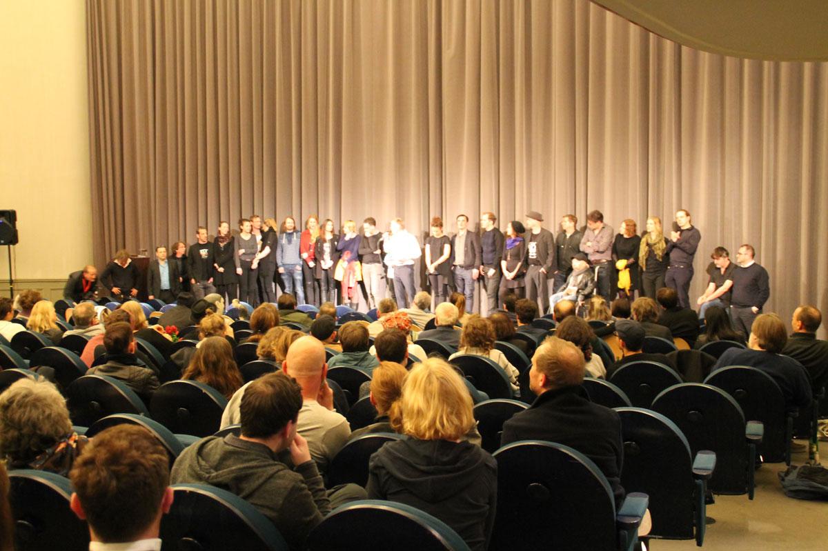 Es waren sehr viele vom Team anwesend, die Bühne wurde nach und nach voller