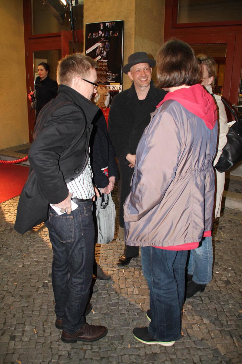 Mit Freunden und Familie vor dem Kino